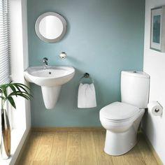 idee amenagement salle de bain 4m2, sol en dalles imitant le bois, mur en bleu clair