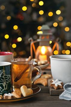Mulled tea in different mugs served with biscuits in front of the Christmas tree Christmas Mood, Noel Christmas, Christmas Smells, Xmas Holidays, Christmas Lights, Christmas Cookies, Ponche Navideno, Pause Café, Mini Desserts