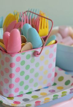 Use plastic utensils/crockery so that kids can let them fall without having to worry about breaking anything. 1st Birthday Parties, Birthday Ideas, Party Themes, Party Ideas, Kitchen Stuff, Utensils, Pastel, Decor Ideas, My Favorite Things
