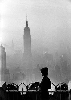 New York City, 1955 By Elliott Erwitt. Elliott Erwitt is an advertising and documentary photographer known for his black and white candid shots of ironic and absurd situations within everyday settings Vintage Photography, Street Photography, Photography School, Magic Places, A New York Minute, Elliott Erwitt, Foto Poster, Empire State Of Mind, Photo D Art