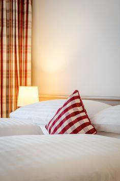 Österreichische Gemütlichkeit und modernen Komfort finden Sie in den Zimmern des IMLAUER & Bräu Hotel Salzburg. Das Hotel, Restaurant, Komfort, Modern, Bed, Furniture, Home Decor, Old Town