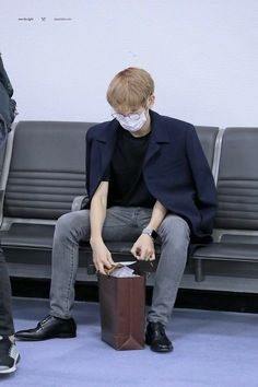 Find images and videos about kpop, exo and baekhyun on We Heart It - the app to get lost in what you love. Baekhyun, Park Chanyeol, Kpop Fashion, Airport Fashion, Xiu Min, Kpop Exo, Exo Members, Airport Style, Bts Airport