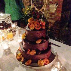 La mia bimba! È già finita però ho fatto in tempo a farle una foto  #weddingcake #intimatewedding #countrywedding #agriturismo #weddingintuscany #valdorcia #tuscany #edibleflowers