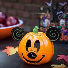 43 Creepy but Cute Disney Themed Halloween Decoration Ideas - Decoralink Mickey Mouse Pumpkin, Mickey Mouse Halloween, Disney Mickey Mouse, Halloween Crafts, Disneyland Halloween, Halloween Queen, Haunted Halloween, Mickey Party, Cartoons