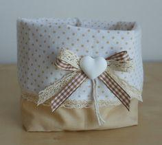Cestino in stoffa realizzato a mano e decorato con nastrino a scacchi, pizzo beige e cuore in gesso realizzato a mano (idea regalo)