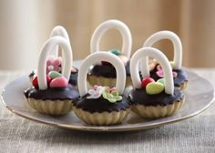 Linecké košíčky s karamelovým krémom - recept na veľkonočný dezert:) Easter Recipes, Dessert Recipes, Desserts, Mini Cupcakes, Nutella, Food, Facebook, Tailgate Desserts, Deserts