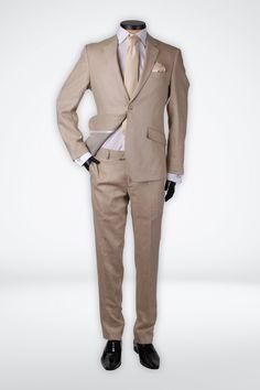 De Bruidegom. Stralende outfit voor zijn zomerse bruiloft in een bijzonder mooi linnen kostuum. Gecombineerd met een champagne kleurige stropdas, pochet en manchetknopen is hij klaar om het huwelijksbootje in te stappen. Dit kostuum is ook zeer geschikt om na het feest aan te trekken. Het colbert is bijvoorbeeld goed te combineren met een stoere spijkerbroek.