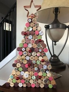 Wine cork tree cork crafts Creative Christmas Decorations on a Budget - Wine Cork Christmas Tree Wine Cork Art, Wine Cork Crafts, Wine Bottle Crafts, Diy Bottle, Crafts With Corks, Champagne Cork Crafts, Champagne Corks, Bottle Caps, Cork Board Wine Corks