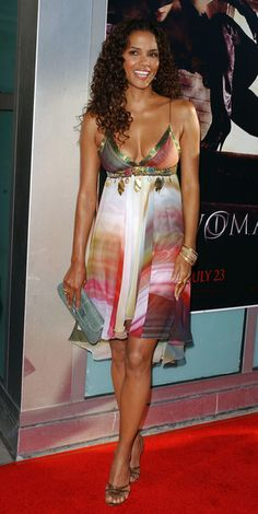 Halle Berry Print Dress - Halle Berry showed off her legs in a colorful wave print frock at the premier of 'Catwoman. Estilo Halle Berry, Halle Berry Style, Halle Berry Hot, Halley Berry, Watercolor Dress, Actrices Sexy, Style Outfits, Celebs, Celebrities