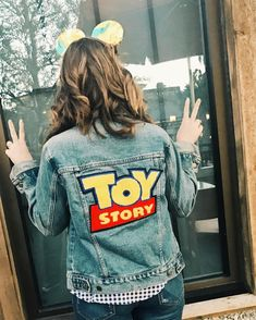 Disneyland Outfits, Disney Inspired Outfits, Disney Outfits, Disney Style, Disney Clothes, Painted Jeans, Painted Clothes, Denim Paint, Outfits Winter