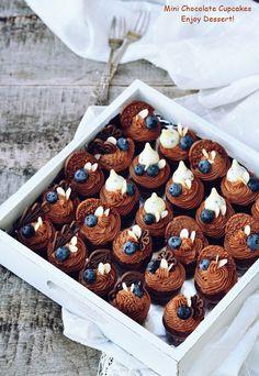 Mini cupcakescu afine si ciocolata, mini prajiturele dulci si aromate, mini franturi de bucurie! Mereu am spus despre cupcakesca sunt de fapt o varianta foarte draguta a prajiturilor individuale. Aceste mini cupcakes sunt o varianta si mai draguta. Sunt adorabile! Cu blatul mic si rotund, crema abundenta si decoruri care, desi mari, nu le acapareaza […] Mini Cupcakes, Chocolate Cupcakes, Cheesecakes, Muffins, Sweets, Food, Brioche, Kitchens, Drinks