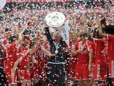Dieser Moment gehört ihm ganz allein: Bayern-Trainer Jupp Heynckes reckt die Meisterschale in die Höhe. (Foto: Tobias Hase/dpa)