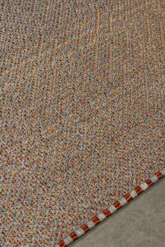 Handwoven Daú weave rug in white-gray fique fiber and copper threads. #Handwoven #Rug #MetalRug #FiberRug #Tapete #InteriorDesign Woven Rug, Weave, Hand Weaving, Fiber, Copper, Textiles, Gray, Interior Design, Rugs