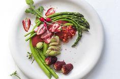 RECIPE: asparagus and strawberry spring salad Strawberry Crisp, Fresh Horseradish, Aged Balsamic Vinegar, Weird Food, Crazy Food, Steamed Asparagus, Roasted Strawberries, Slow Roast, Salads
