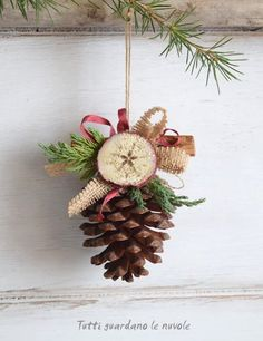 30 handmade Christmas decorations with cinnamon sticks give the green Christmas decor a seasonal aromahandmade country christmas decorations Green Christmas, Country Christmas, Christmas Holidays, Simple Christmas, Diy Christmas Ornaments, Homemade Christmas, Christmas Wreaths, Christmas Porch, Outdoor Christmas