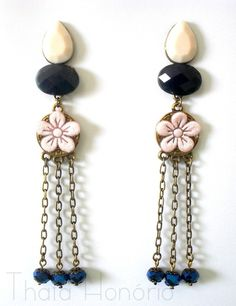 Cód: BOV108  Tam: 11 cm    Brinco em ouro velho com pedras acrílicas rosa e azul, corrente ouro velho, cristais azuis e flor de guipir rosa. R$ 30,00