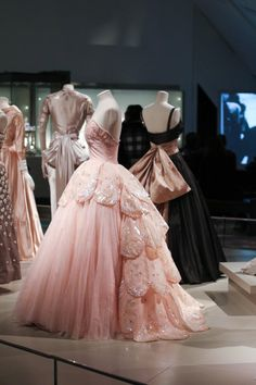 I wan invited to view the Christian Dior Presented By Holt Renfrew Exhibit at the Royal Ontario Museum. Check out the lovely shots of Dior's creations here! Vintage Mode, Vintage Dior, Vintage Gowns, Vintage Fashion, 1950s Fashion, Couture Mode, Dior Haute Couture, Couture Fashion, Christian Dior Couture
