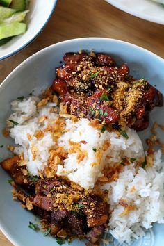 Indonesisch koken, we doen het graag thuis. Dit is een klassiekertje: saté ajam (kipsaté) en babi smoor (gestoofd varkensvlees, in ons geval speklapjes), geserveerd met rijst, gebakken uitjes, kokosrasp en natuurlijk een lading pindasaus. Voor de saté ajam (kipsaté): Snij de sjalot, knoflook en rode peper fijn. Pers de limoen uit en doe het limoensap samen met de …