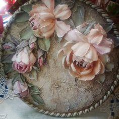 Разве есть тот, кто не любит пятницу? Пожалуй, нет, пятница – это чуть ли не самый любимый день каждого. Рабочая неделя позади, а впереди выходные, прекрасная возможность отдохнуть и весело провести время!!Розы розочки,полюбились мне эти медальоны! Это заказик,10 шт будет,в разной цветовой гамме!Приятных выходных вам друзья!!!#skulpturepainting#винтаж#прованс#панно#скульптурнаяживопись#Декор#шеббишик