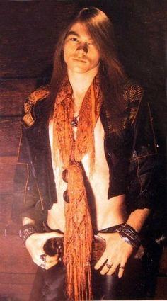 Nome: W. Axl Rose Nome real: William Bruce Bailey Nascimento: 6 de fevereiro de 1962 Origem: Lafayette, Indiana, EUA Altura:...