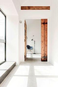 blanc lumière couloir Eames, ancienne bâtisse, sol béton , white light concrete floor.