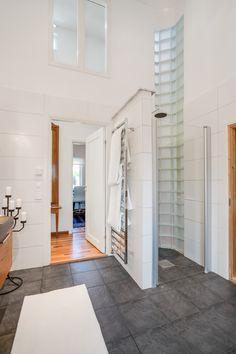 Betongglas i hörnet och ett fönster högt upp på väggen - läckra detaljer!!