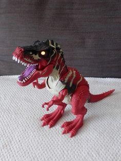 Gros dinosaure T.REX Quand on presse la manette sous son ventre, ses yeux s'allument et il pousse un cri terrifiant ! Batterie incluses bras et jambes articulés en plastique Hauteur 29 cm longueur 30 cm poids 705 gr