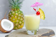 These non-alcoholic summer drinks are specially designed for kids. From homemade lemonade to healthy fruit smoothies to creamy milkshakes, these drink recipes will cool the kids off in no time flat! Virgin Pina Colada, Frozen Pina Colada, Como Fazer Pina Colada, Juice Drinks, Yummy Drinks, Booze Drink, Alcoholic Pina Colada Recipe, Alcoholic Drinks, Columbus Day