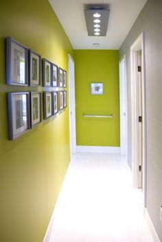 Flur-Wände in Olivengrün gestrichen-weißer Fußboden-glänzend
