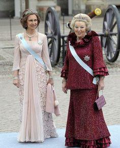 Sus Majestades las Reinas Sofia de Espana y Beatrix de Holanda en la boda de la princesa Victoria de Suecia