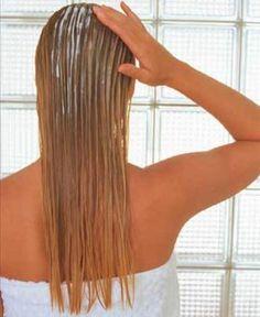 Mulher fazendo hidratação nos cabelos loiros - Foto: Getty Images