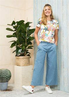 Blugi albastru prespălat O pereche de • 99.9 lei • bonprix Bell Bottoms, Bell Bottom Jeans, Bikini, Costume, Pants, Fashion, Bikini Beach, Trouser Pants, Moda