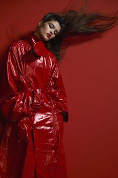 """Colorama"" photographed by David Sims for Vogue Paris February 2018 Fashion Editor: Emmanuelle Alt Hair: Duffy Makeup: Lucia Pieroni Red Fashion, Fashion Week, Fashion Outfits, Fashion Tips, Fashion Editor, Editorial Fashion, David Sims, Vinyl Raincoat, Pvc Raincoat"