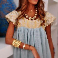 Accessory Fashion Mode Woman Tunique Robe Gold Blue Femme Jewellery Bijoux Pearls I like the dress Looks Chic, Looks Style, Look Fashion, Fashion Beauty, Womens Fashion, Fashion Details, Fashion Models, Estilo Hippie, Look Boho