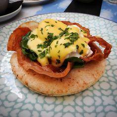 Lieblingsfrühstück! #schirncafe #breakfast #foodporn #eggs #eggsbenedict #bacon #spinach