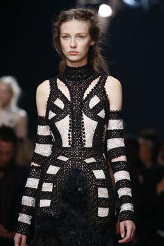 Alexander McQueen Spring 2016 Ready-to-Wear Fashion Show Details