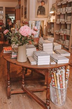 There are many opportunities for book shopping in London, but which are the BEST London bookshops? Here are 15 of the most beautiful independent bookshops! Bookstore Design, Cafe Bookstore, Book Cafe, Book Aesthetic, Book Nooks, Old And New, Bookshelves, Bookshelf Speakers, Decoration