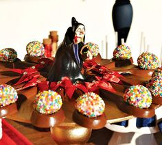 Pretty red and gold Snow White Themed Dessert Table with gold candy apples, glittery crown cupcake toppers, apple cake pops and a rustic wooden centerpiece! Crown Cupcake Toppers, Crown Cupcakes, White Dessert Tables, White Desserts, Apple Cake Pops, Snow White Wedding, Sweet 16 Parties, White Parties, Gold Candy