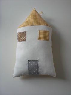 Coussin Doudou MAISON jaune moutarde modèle unique : Chambre d'enfant, de bébé par danslesbois