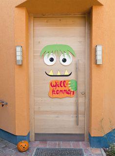 Begrüßen Sie Ihre Gäste mit einer schaurig schönen Eingangstür. Happy Halloween, Fur, Monster, Party, October 31, Bricolage Halloween, Creepy, Decorating, Halloween Door