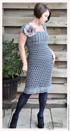 `Загадочная дымка`, платье по мотивам Robert Rodriguez. Элегантное платье с завышенной линией талии.  Связано крючком по модели известного бренда Robert Rodriguez.  Лиф платья выполнен из множества маленьких квадратных элементов. Они же украшают и край платья.