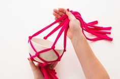 2本を分けて、隣の紐と合わせて結ぶことを繰り返し、鉢を入れると完成です。