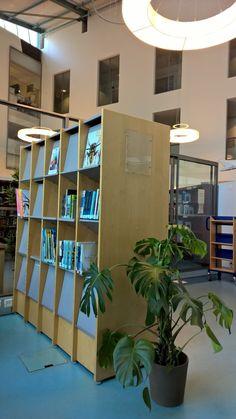 Kirjojen lisäksi Laurea-kirjastossa kiertävät kirjahyllyt. ;) Lehtihylly muutti Lohjalta Otaniemeen.