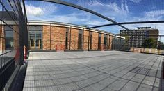 Panoramafoto va onze speciale overdekte pannakooi met 6 voetbaldoeltjes en netoverdekking.