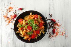 """Low Carb Nudeln als Alternative zur italienischen Spezialität? Die BodyChange-Nudeln bestehen hauptsächlich aus """"Good Carbs"""" und passen perfekt zu den verschiedensten Gerichten, egal ob klassisch italienisch, kreativ asiatisch oder herzhaft mit Chili con Carne."""