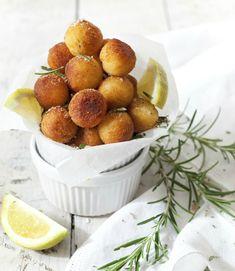 Anders dan de standaard gebakken aardappeltjes worden Franse pommes dauphine gemaakt van een combinatie van aardappelpuree en hartig soezendeeg. Vervolgens worden ze gebakken in de frituurpan waardoor ze luchtig, knapperig én lekker zacht van binnen worden. Schil de aardappels en kook ze in water met zout. Laat uitlekken en droog stomen in de nog warme …