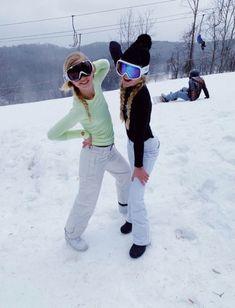 Mode Au Ski, Chalet Girl, Preppy Winter, Snowboarding Style, Snowboard Girl, Ski Girl, Ski Season, Winter Photos, Ootd