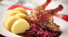 Roast leg of duck with red cabbage and potato sauce Red Cabbage Recipes, Duck Recipes, Wine Recipes, Czech Recipes, Ethnic Recipes, Braised Cabbage, Polenta Recipes, Cabbage And Potatoes, Roast Duck