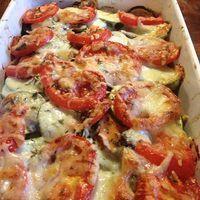 Een makkelijk recept voor een heerlijke, gezonde ovenschotel met courgette en zoete aardappel (en tomaatjes en mozarella). Helemaal volgens de voedselzandloper.
