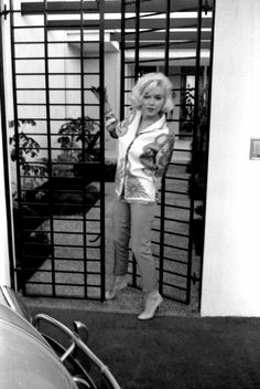 Marilyn at Tim Leimert's house during a photo session with George Barris. Photo by George Barris, Marilyn Monroe 1962, Marilyn Monroe Photos, Gentlemen Prefer Blondes, Jane Russell, Santa Monica, Magazine Cosmopolitan, Joe Dimaggio, Actrices Hollywood, Norma Jeane